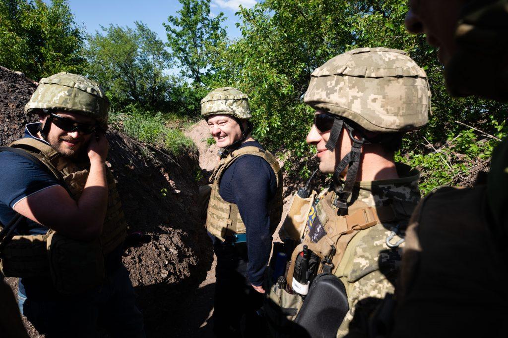 Петро Порошенко поїхав на фронт і передав військовим комплект відеоспостереження за противником